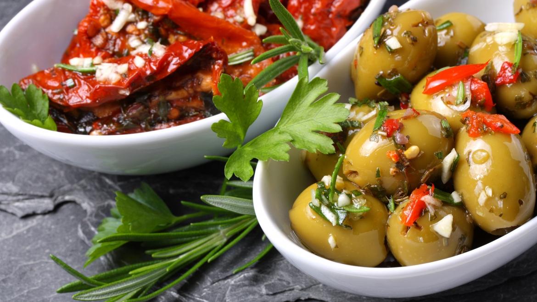 Olivas encurtidas y tomate