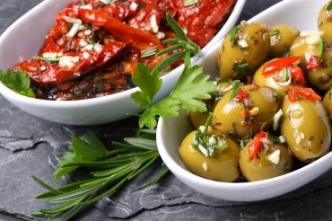 Eingelegte Oliven und Tomaten